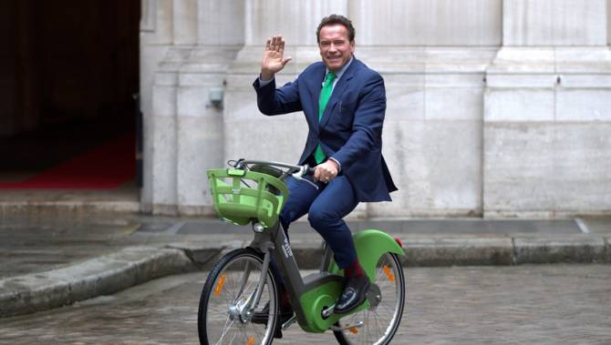 Arnold Schwarzenegger joins Anne Hidalgo to tackle air pollution